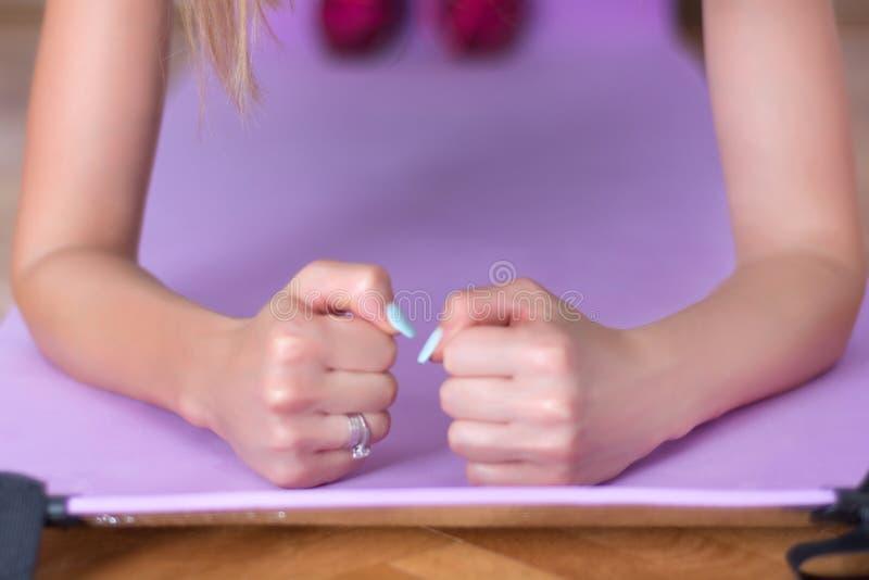 Młoda żeńska stażowa łokieć deska na purpurowej sprawności fizycznej lub joga macie obrazy royalty free