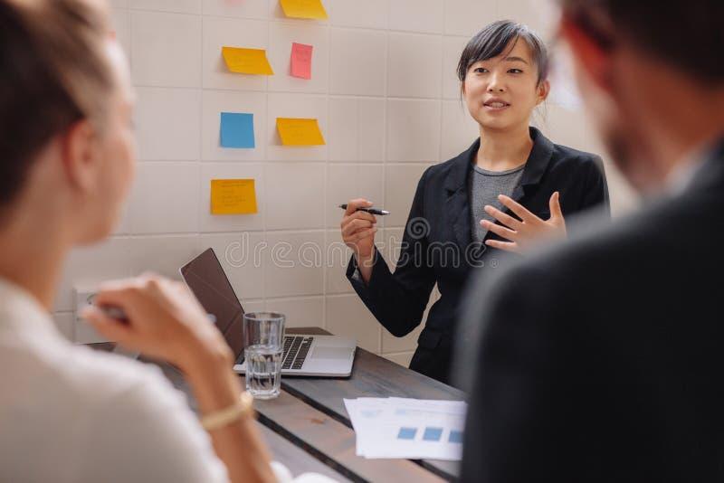 Młoda żeńska wykonawcza daje prezentacja koledzy obraz stock