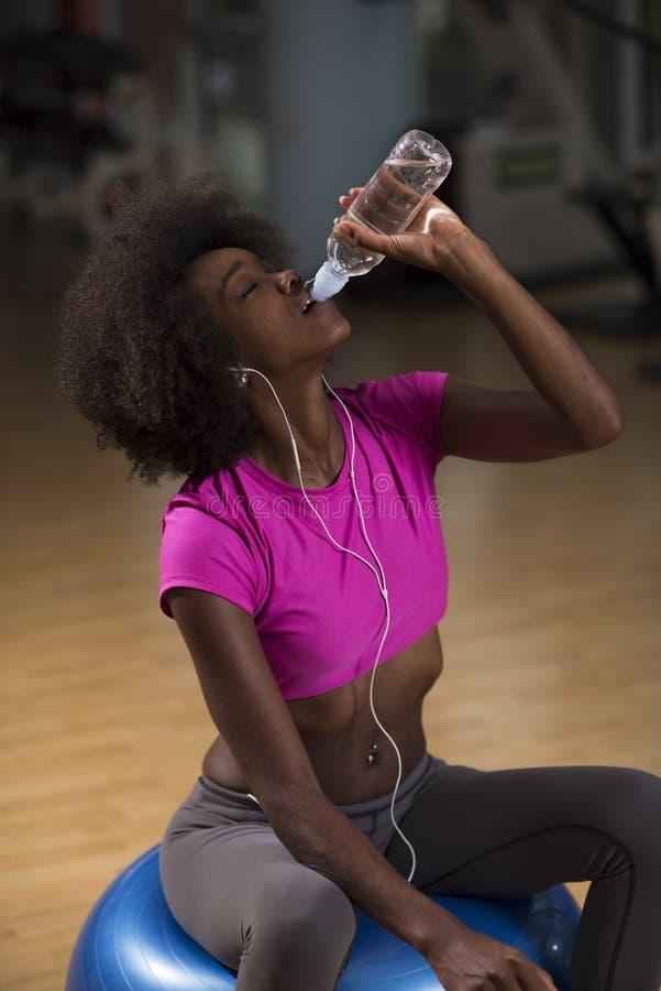 Młoda afro amerykańska kobieta w gym pilates treningu przerwę obrazy royalty free