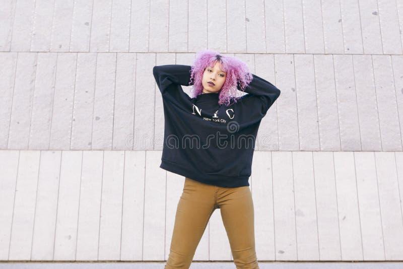 Młoda afro kobieta jest ubranym Brooklyn styl odziewa zdjęcie stock