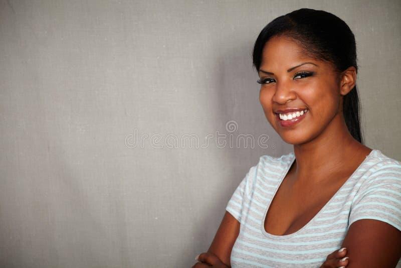 Młoda afrykańska kobieta patrzeje kamerę zdjęcia stock