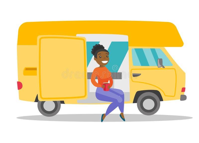 Młoda afrykańska kobieta pije kawę w motorhome ilustracji