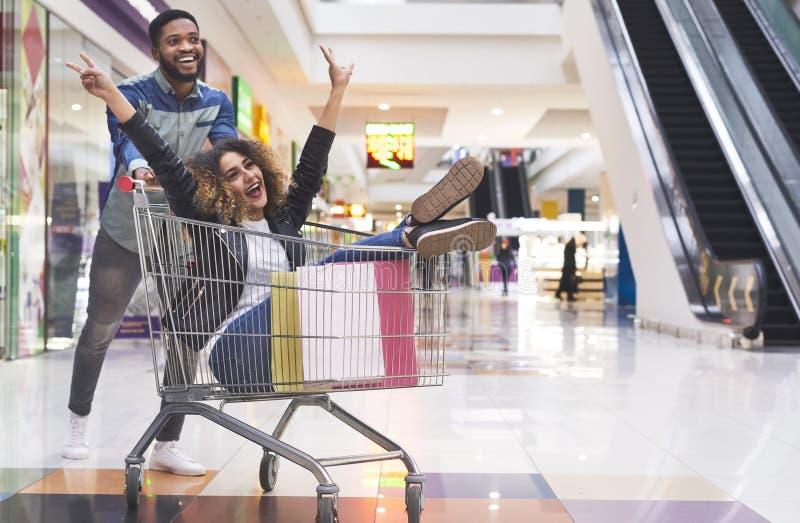 Młoda afrykańska para ma zabawę podczas gdy robiący zakupy zdjęcie royalty free