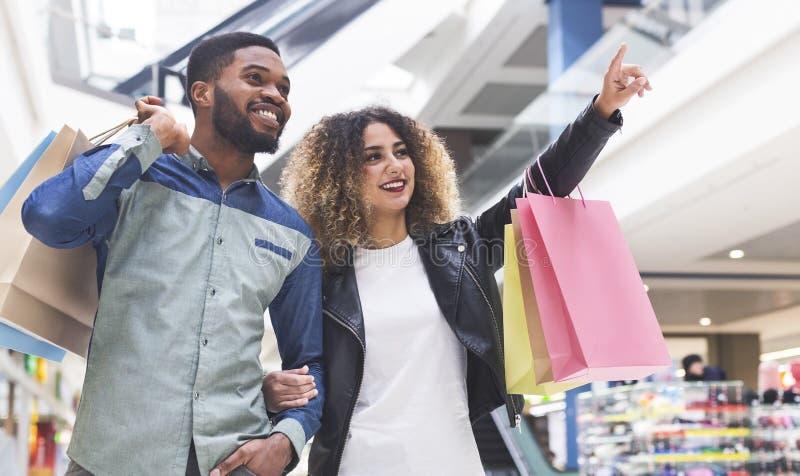 Młoda afrykańska para robi robić zakupy wpólnie w miasta centrum handlowym zdjęcia stock