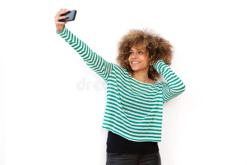 Młoda amerykanin afrykańskiego pochodzenia kobieta bierze selfie z telefonem komórkowym obrazy stock