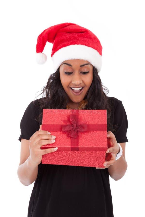 Młoda amerykanin afrykańskiego pochodzenia kobieta otwiera prezenta pudełko obrazy royalty free