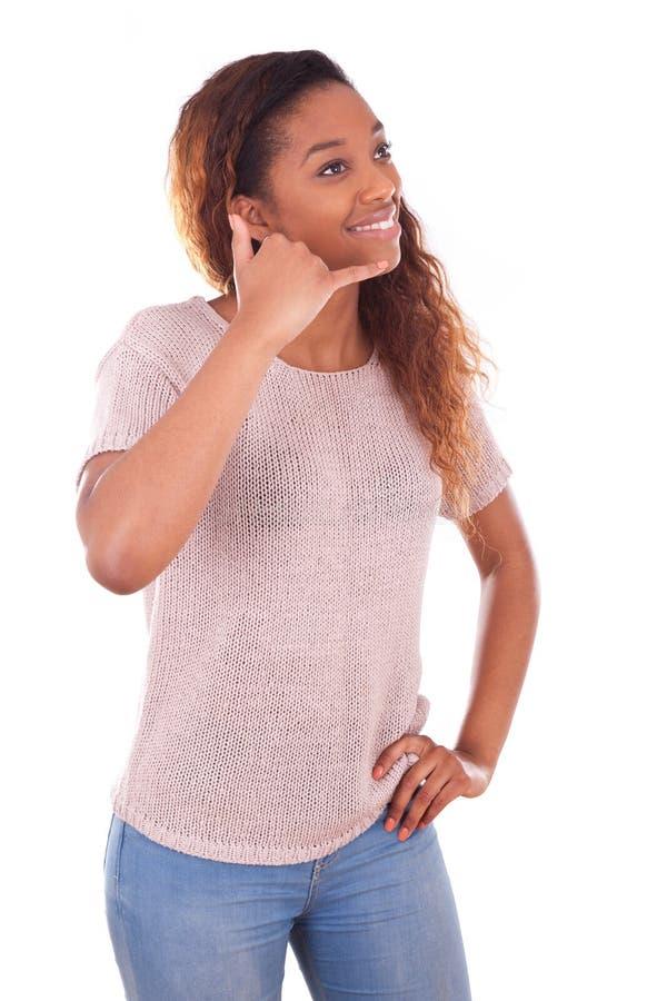 Młoda amerykanin afrykańskiego pochodzenia kobieta robi rozmowie telefonicza na jej smartpho zdjęcia royalty free