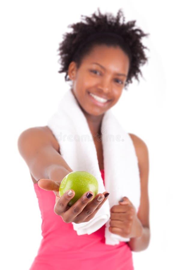 Młoda amerykanin afrykańskiego pochodzenia kobieta trzyma jabłka obrazy stock