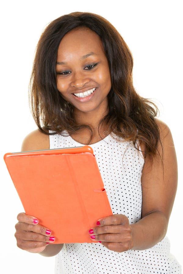 Młoda amerykanin afrykańskiego pochodzenia kobieta używa pastylka komputerowego uśmiech obrazy stock