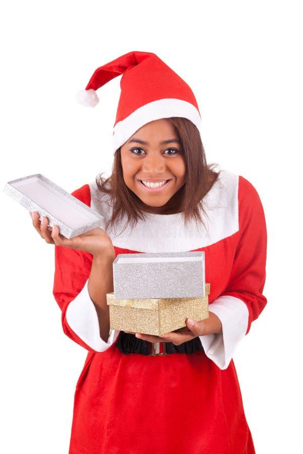 Młoda amerykanin afrykańskiego pochodzenia kobieta z Santa prezentami i kapeluszem obrazy stock