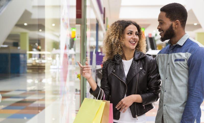 Młoda amerykanin afrykańskiego pochodzenia para wybiera prezenty dla przyjaciół zdjęcie royalty free