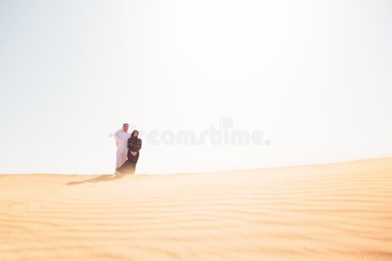 Młoda Arabska para W pustyni obraz stock