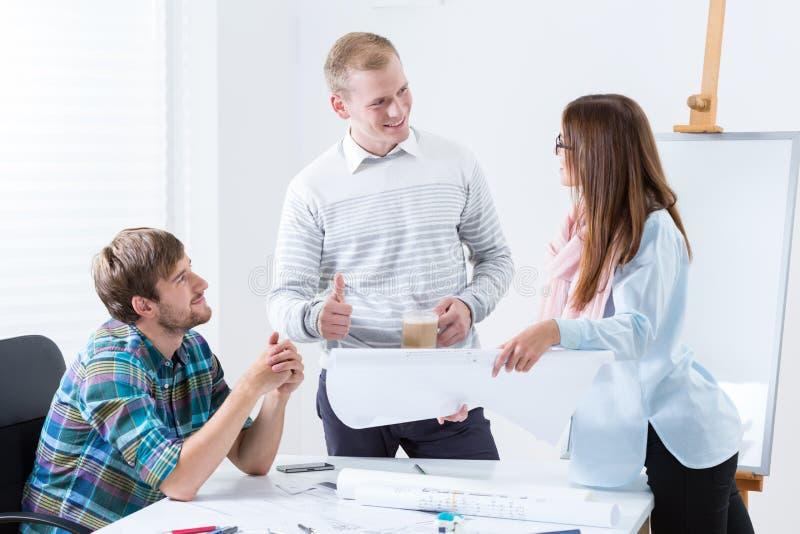 Młoda architektoniczna drużyna przy pracą zdjęcia stock