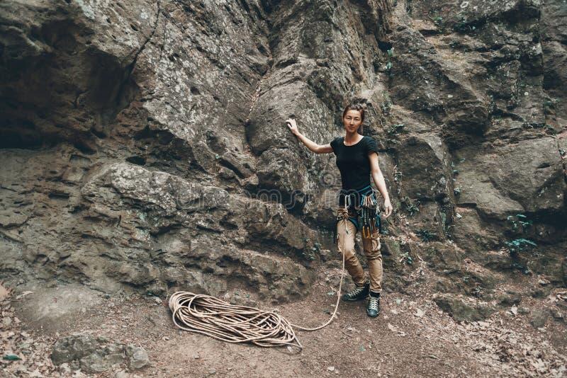 Młoda arywista kobiety pozycja blisko skały obrazy royalty free