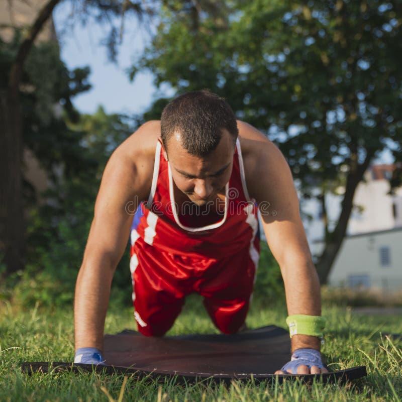 Młoda atleta wykonuje rozgrzewkę przed trenować gnieść od th obrazy stock