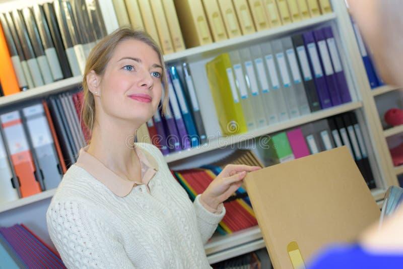 Młoda atrakcyjna żeńska bibliotekarka obrazy stock