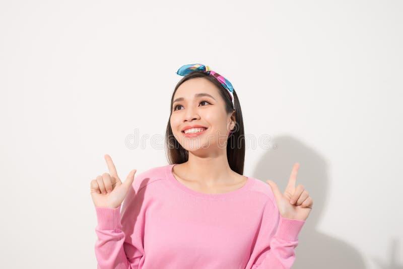 Młoda atrakcyjna azjatykcia kobieta która wskazuje palec fotografia royalty free