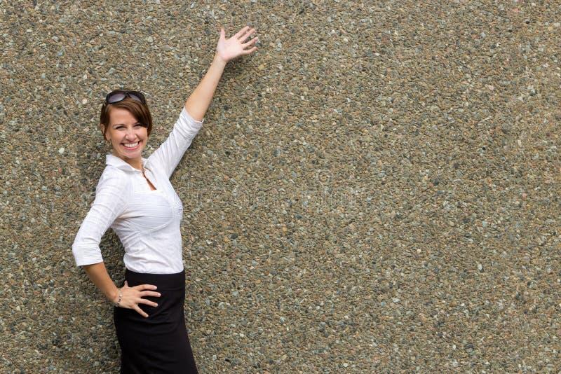 Młoda atrakcyjna biznesowa kobieta gestykuluje z rękami - odbitkowa przestrzeń zdjęcia royalty free
