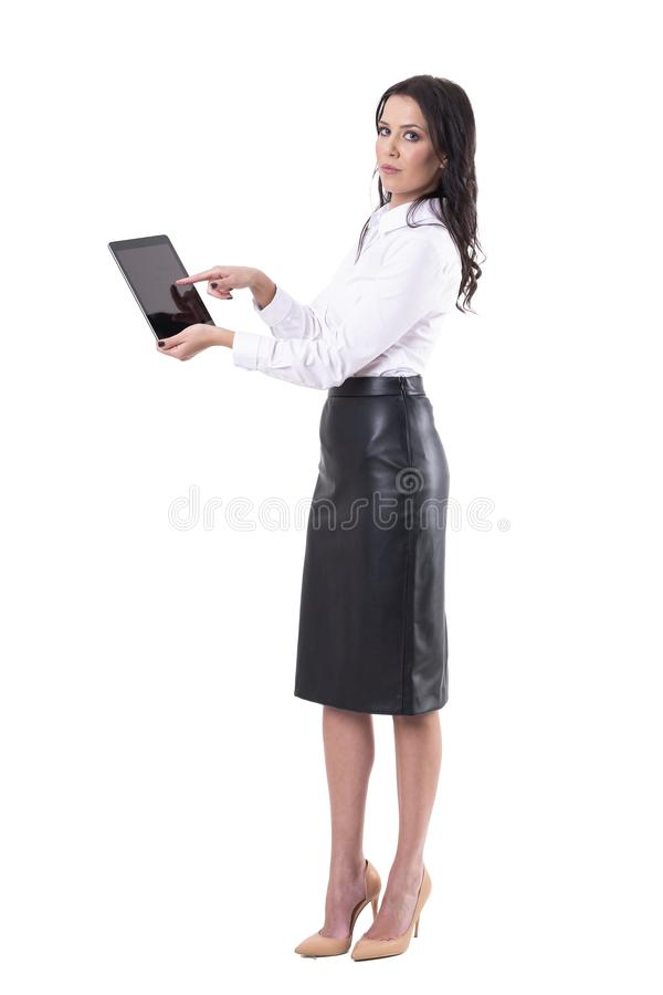 Młoda atrakcyjna biznesowa kobieta używa cyfrową pastylkę patrzeje kamerę zdjęcie royalty free
