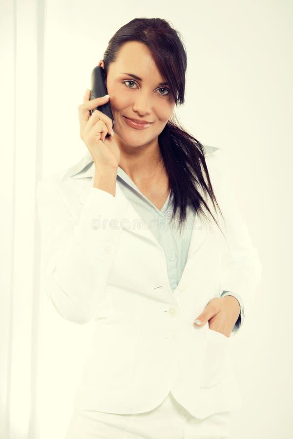 Młoda atrakcyjna biznesowa kobieta używa laptop przy biurem fotografia royalty free