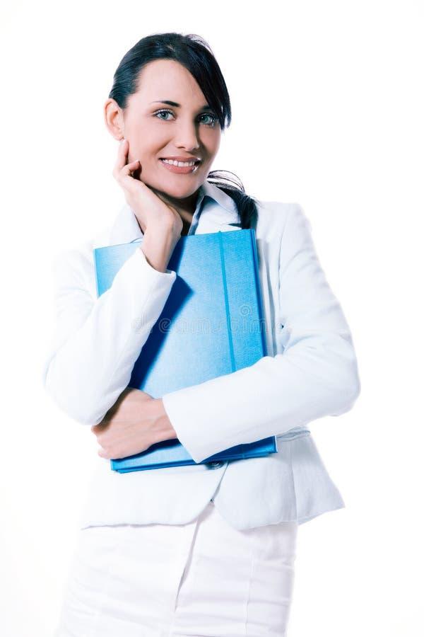 Młoda atrakcyjna biznesowa kobieta z teczką przy biurem zdjęcia royalty free