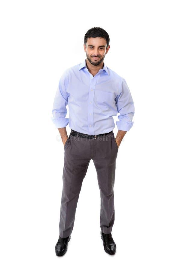 Młoda atrakcyjna biznesowego mężczyzna pozycja w korporacyjnym portrecie odizolowywającym na białym tle zdjęcia stock