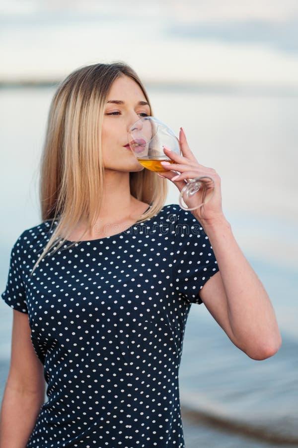 Młoda atrakcyjna blond kobieta w błękitnej sukni, chodzi wzdłuż seashore Portret uśmiechnięta kobieta na wakacje z zdjęcie royalty free
