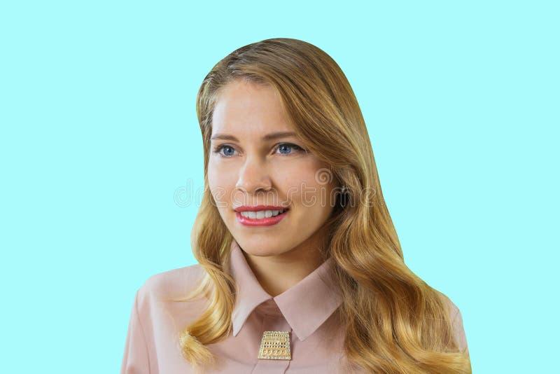 Młoda atrakcyjna blondynka ono uśmiecha się i patrzeje daleko od, a w górę fotografii, pozytywne emocje podczas gdy gryźć jej war fotografia royalty free