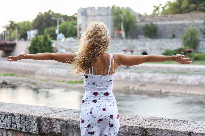 Młoda Atrakcyjna blondynki dziewczyna Rozprzestrzenia Ona ręki fotografia royalty free