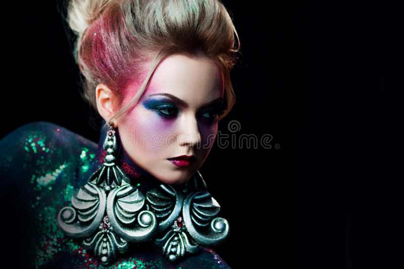 Młoda atrakcyjna blondynki dziewczyna w jaskrawym makeup, wysoki włosy, ciało obraz Rhinestones i błyskotliwość obraz stock
