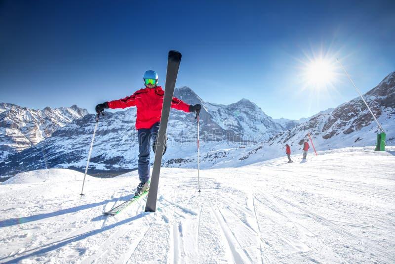 Młoda atrakcyjna caucasian narciarka z nartą na narciarskim skłonie fotografia royalty free