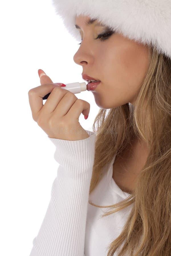 Młoda atrakcyjna dziewczyna oklaskuje balsam dla warg zdjęcie stock