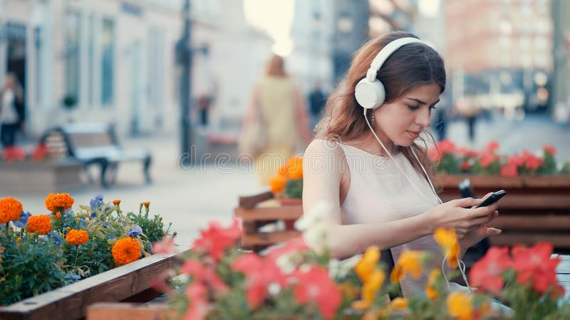 Młoda atrakcyjna dziewczyna słucha muzyka zdjęcie royalty free