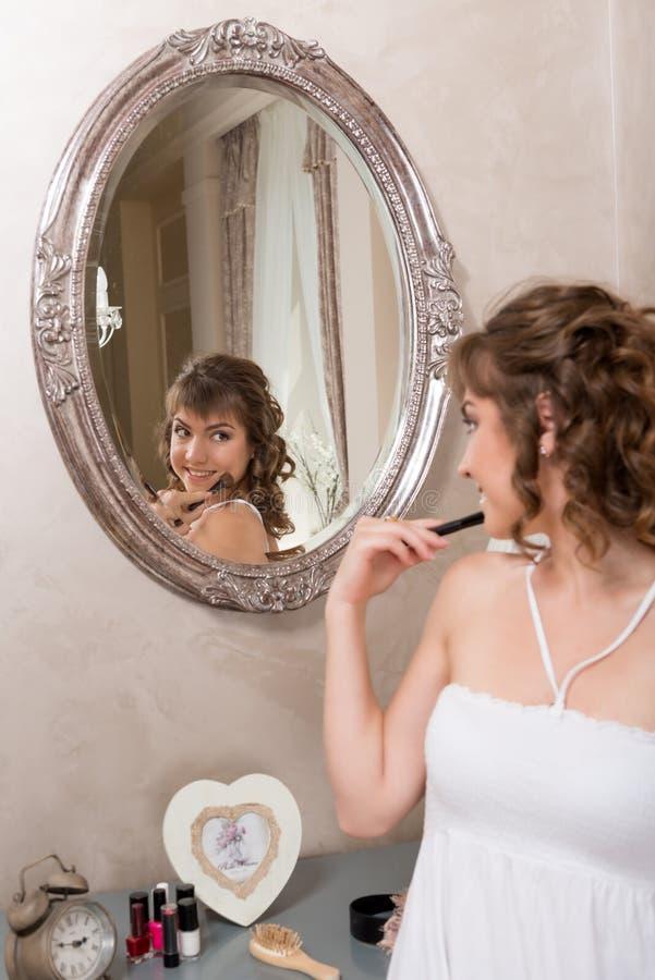 Młoda atrakcyjna dziewczyna w lustrze fotografia stock