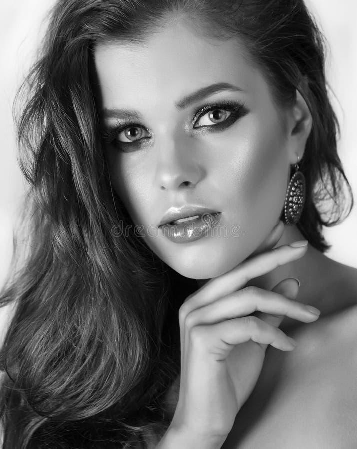 Młoda atrakcyjna dziewczyna z profi makeup Monochromu strza? fotografia royalty free