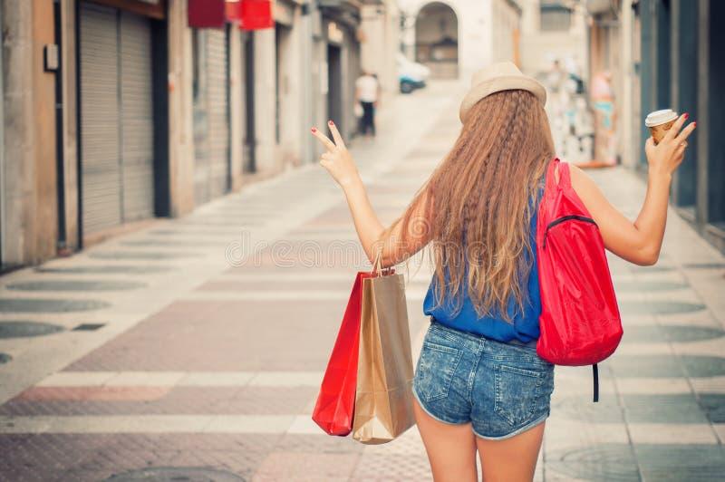 Młoda atrakcyjna dziewczyna z torba na zakupy z pl i, plecak zdjęcia royalty free