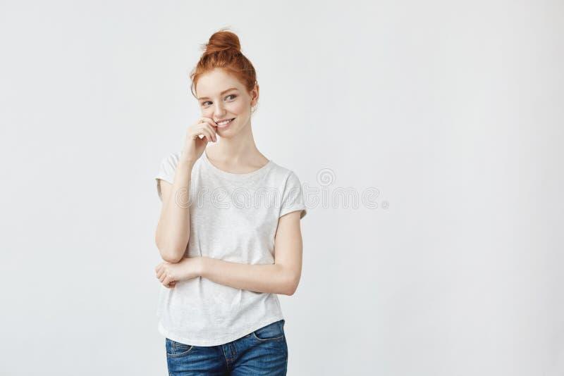 Młoda atrakcyjna figlarnie dziewczyna z skwaśniały włosiany ono uśmiecha się obraz stock