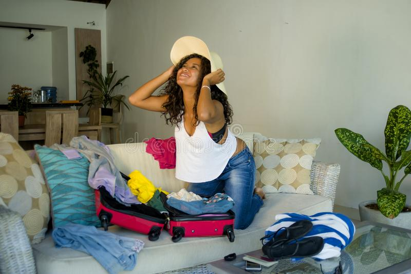 Młoda atrakcyjna i szalona szczęśliwa czarna afro Amerykańska kobieta w plażowego lata narządzania kapeluszowej walizce opuszcza  zdjęcia royalty free