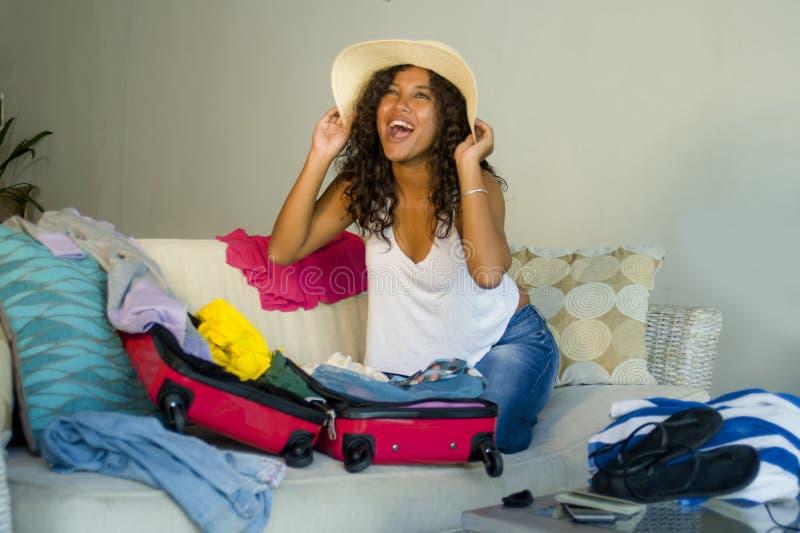 Młoda atrakcyjna i szalona szczęśliwa czarna afro Amerykańska kobieta w plażowego lata narządzania kapeluszowej walizce opuszcza  zdjęcie royalty free