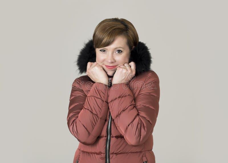 Młoda atrakcyjna i szczęśliwa czerwona włosiana Kaukaska kobieta na jej 20s o zdjęcia stock