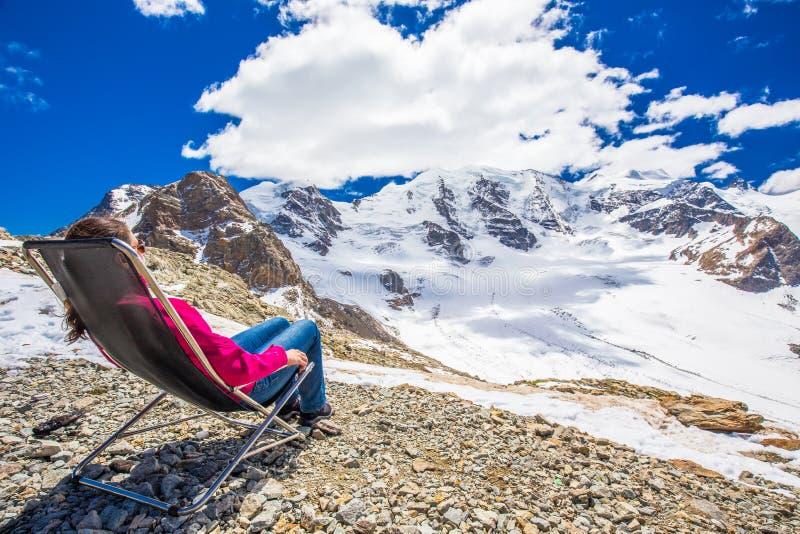 Młoda atrakcyjna kobieta cieszy się widok Morteratsch lodowiec obrazy royalty free