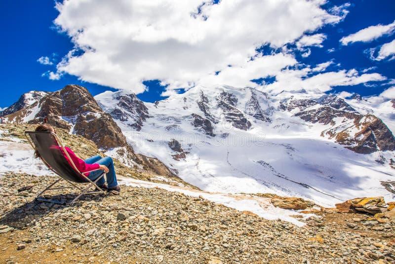 Młoda atrakcyjna kobieta cieszy się widok Morteratsch lodowiec fotografia royalty free
