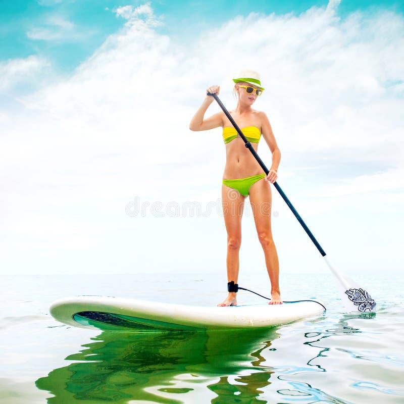 Młoda Atrakcyjna kobieta dalej Stoi Up Paddle deskę fotografia stock