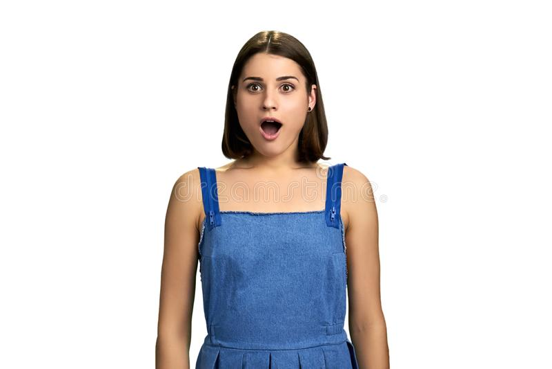 Młoda atrakcyjna kobieta patrzeje zaskakujący obrazy stock