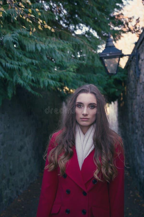 Młoda atrakcyjna kobieta pokazuje rozważnego wyrażenie obraz royalty free