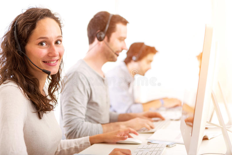 Młoda atrakcyjna kobieta pracuje w centrum telefonicznym fotografia royalty free