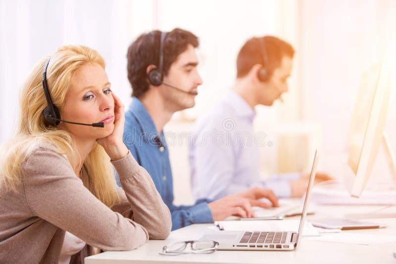 Młoda atrakcyjna kobieta pracuje w centrum telefonicznym obrazy royalty free