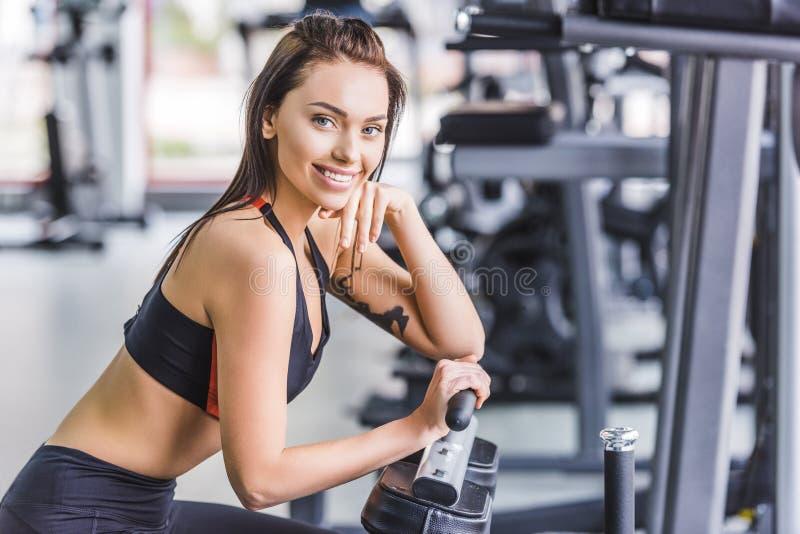 młoda atrakcyjna kobieta relaksuje przy gym obrazy royalty free