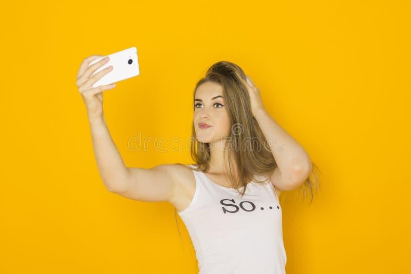 Młoda atrakcyjna kobieta robi selfie na jej smartphone zdjęcie stock