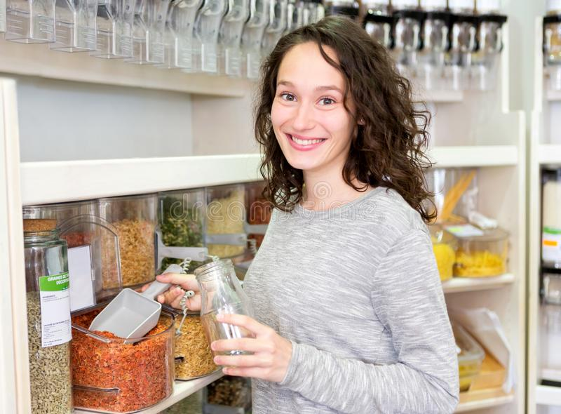 Młoda atrakcyjna kobieta shooping looses pikantność przy sklepem spożywczym fotografia royalty free